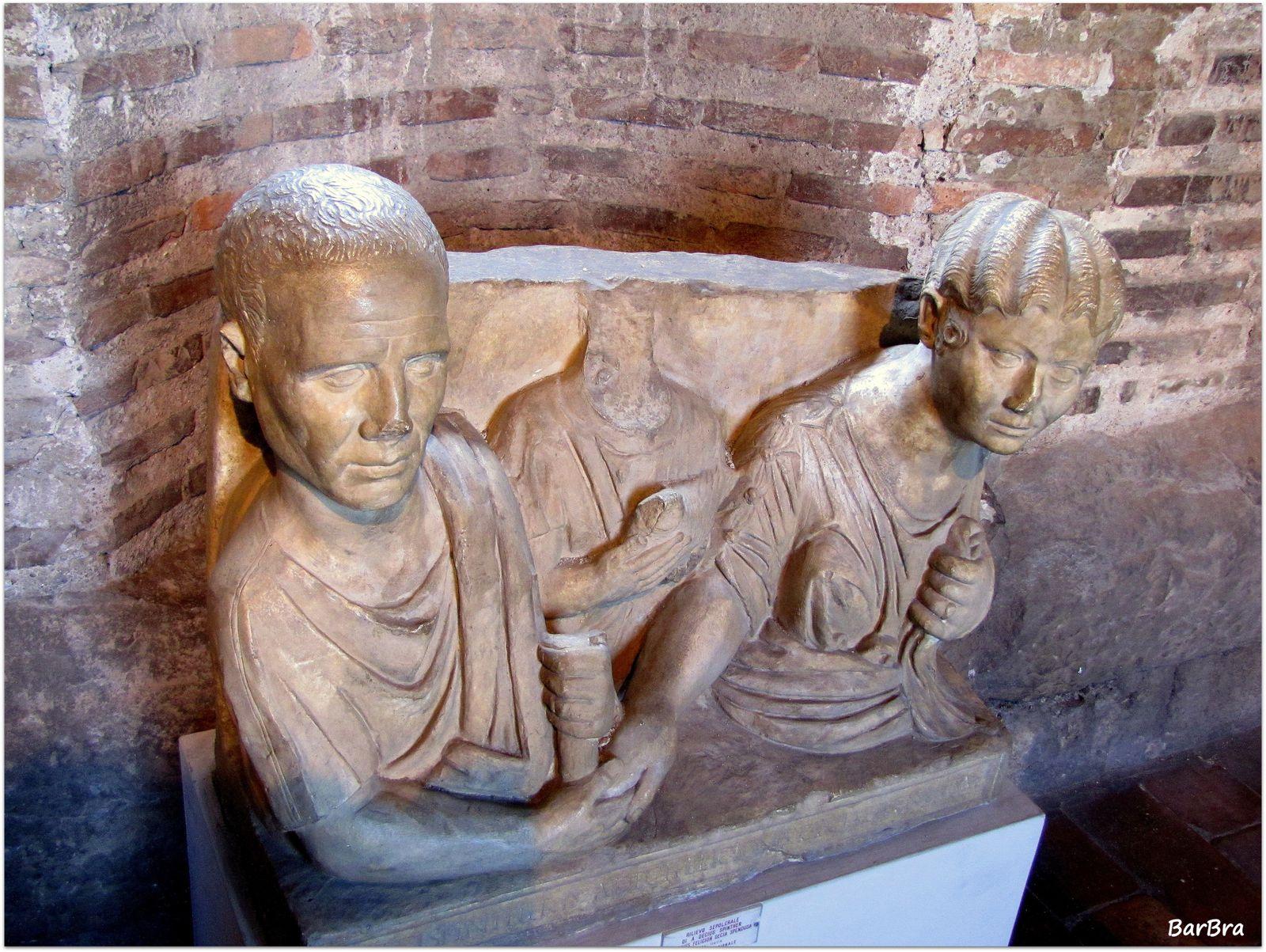 o steli sepolcrali come questa  che ritrae due appartenenti alla Gens Decia ... l'originale d'età Flavia si trova presso il Museo Nazionale di Palazzo Massimo alle Terme