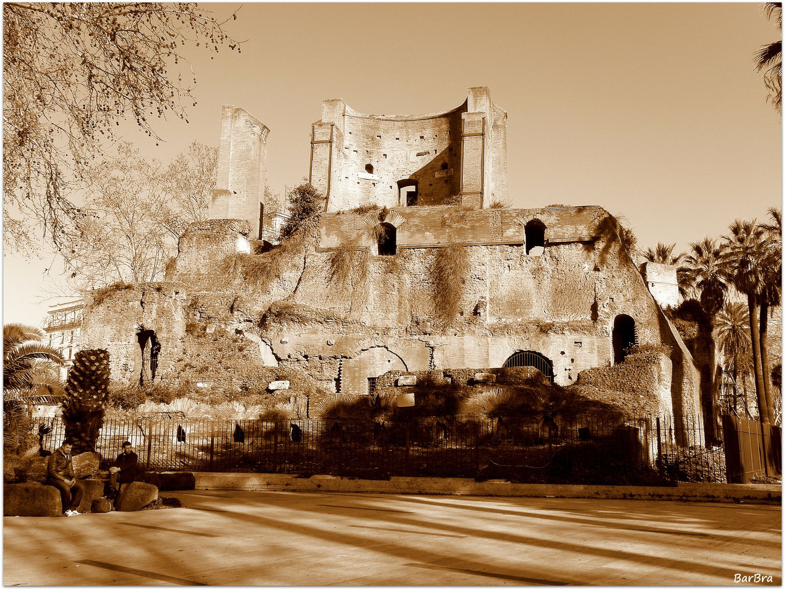 ... là dove una bizzarra Porta Magica ci ricorda che per alcuni secoli questi ruderi hanno fronteggiato la villa barocca del marchese di Palombara ...