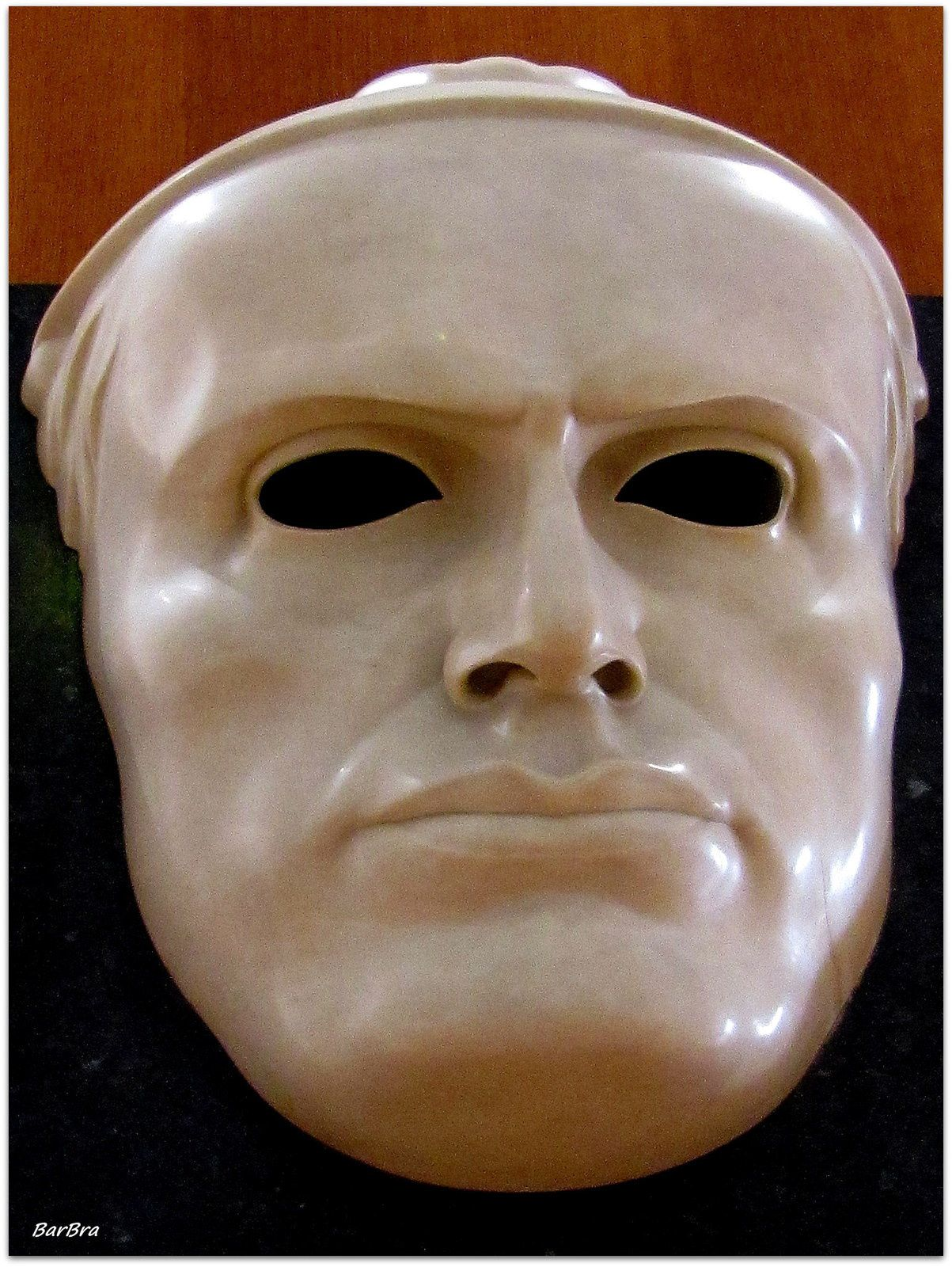 Alla GNAM - Mussolini (1924) ... c'è dell'ironia in questa maschera svuotata e posta su una piastrella... ne fu criticata l'esagerazione, ma Mussolini l'approvò e, riprodotta ovunque, divenne famosissima