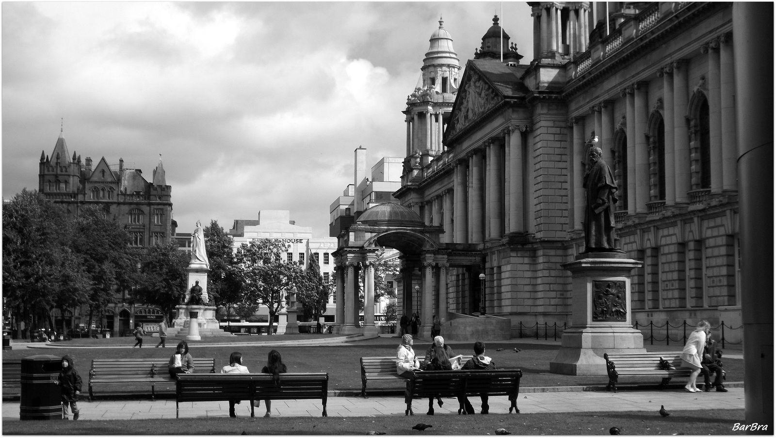La gente di Belfast, nel giardino del Municipio vittoriano, prende beatamente il sole ... quando c'è