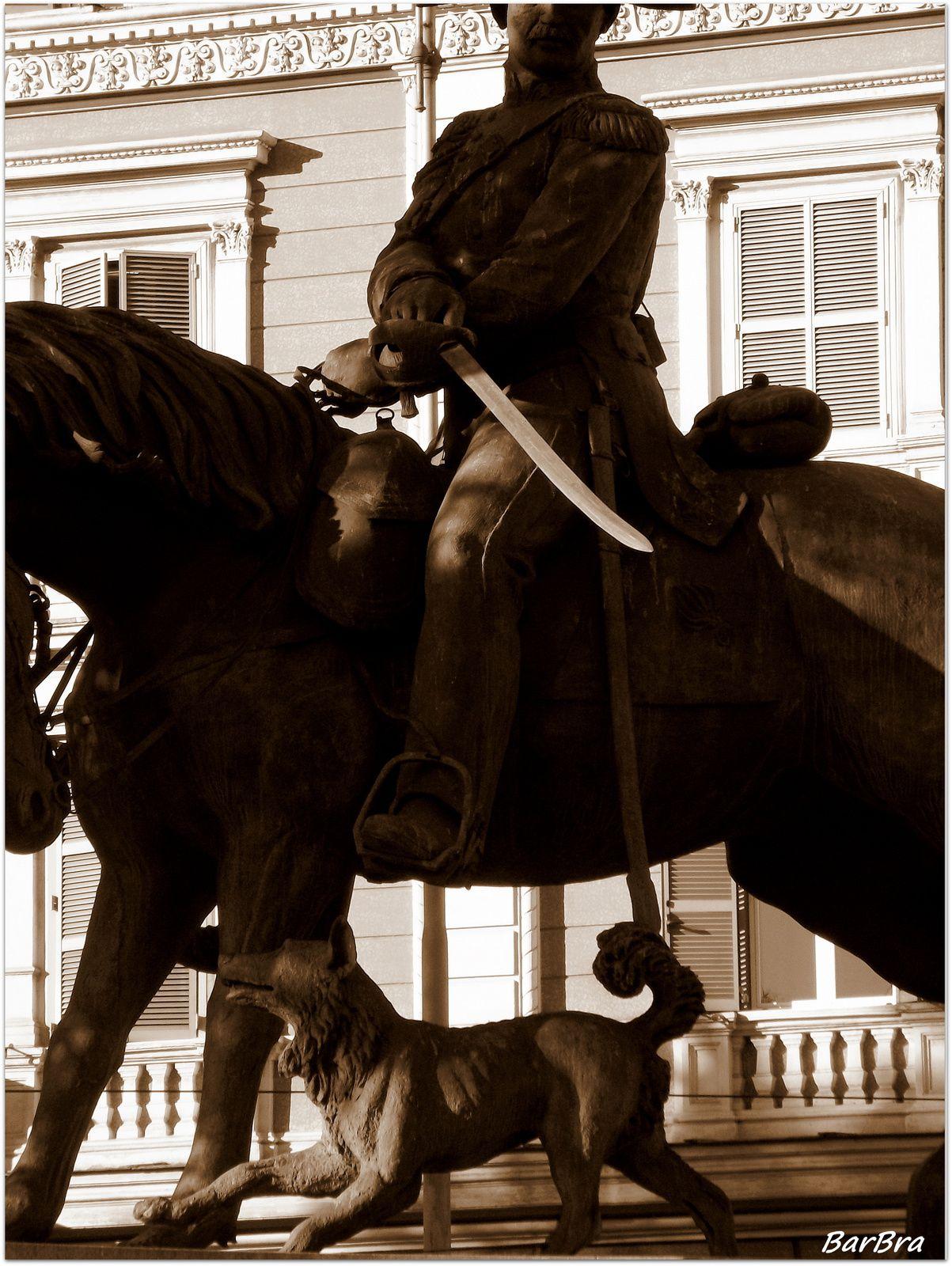 La testa del cavallo è vicina a quella del cane ... una dimostrazione del vincolo affettivo che da sempre esiste tra questi due amici dell'uomo.
