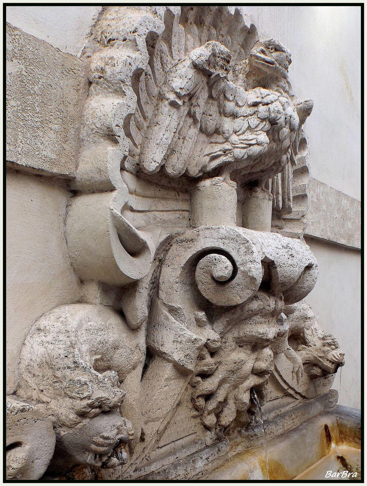 Troviamo raffigurati gli elementi araldici della famiglia del pontefice: dalla valva di una pesante e massiccia conchiglia emerge l'aquila borghese, dall'aspetto non molto rapace,