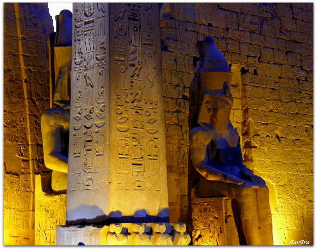 All'ingresso del 1° Pilone: due statue colossali di Ramses II seduto e l'obelisco in granito ...