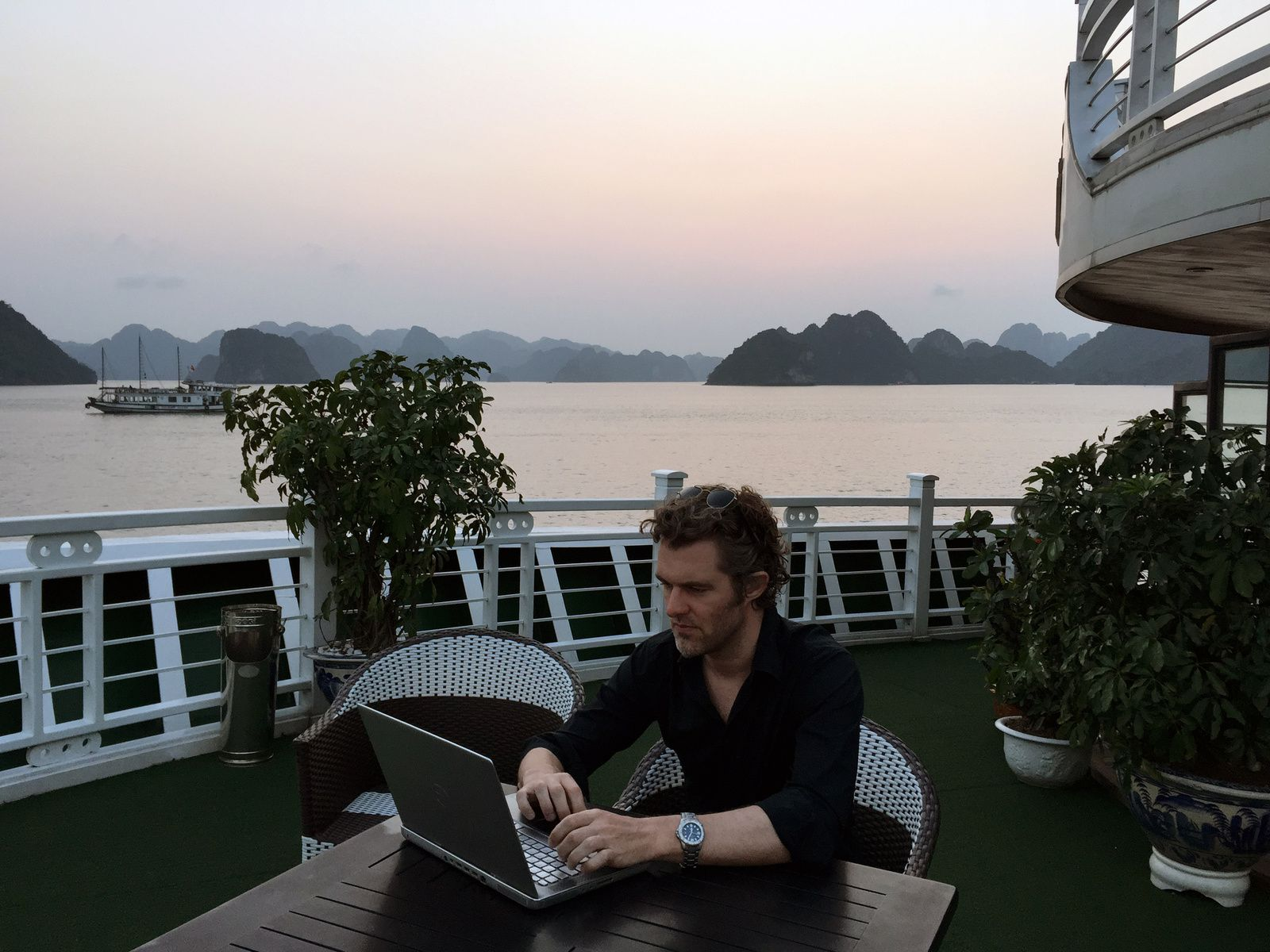 Olivier, pretending to work without paying attention to the Ha Long Bay.