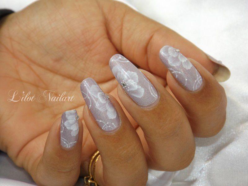 Nail art fleur monochrome