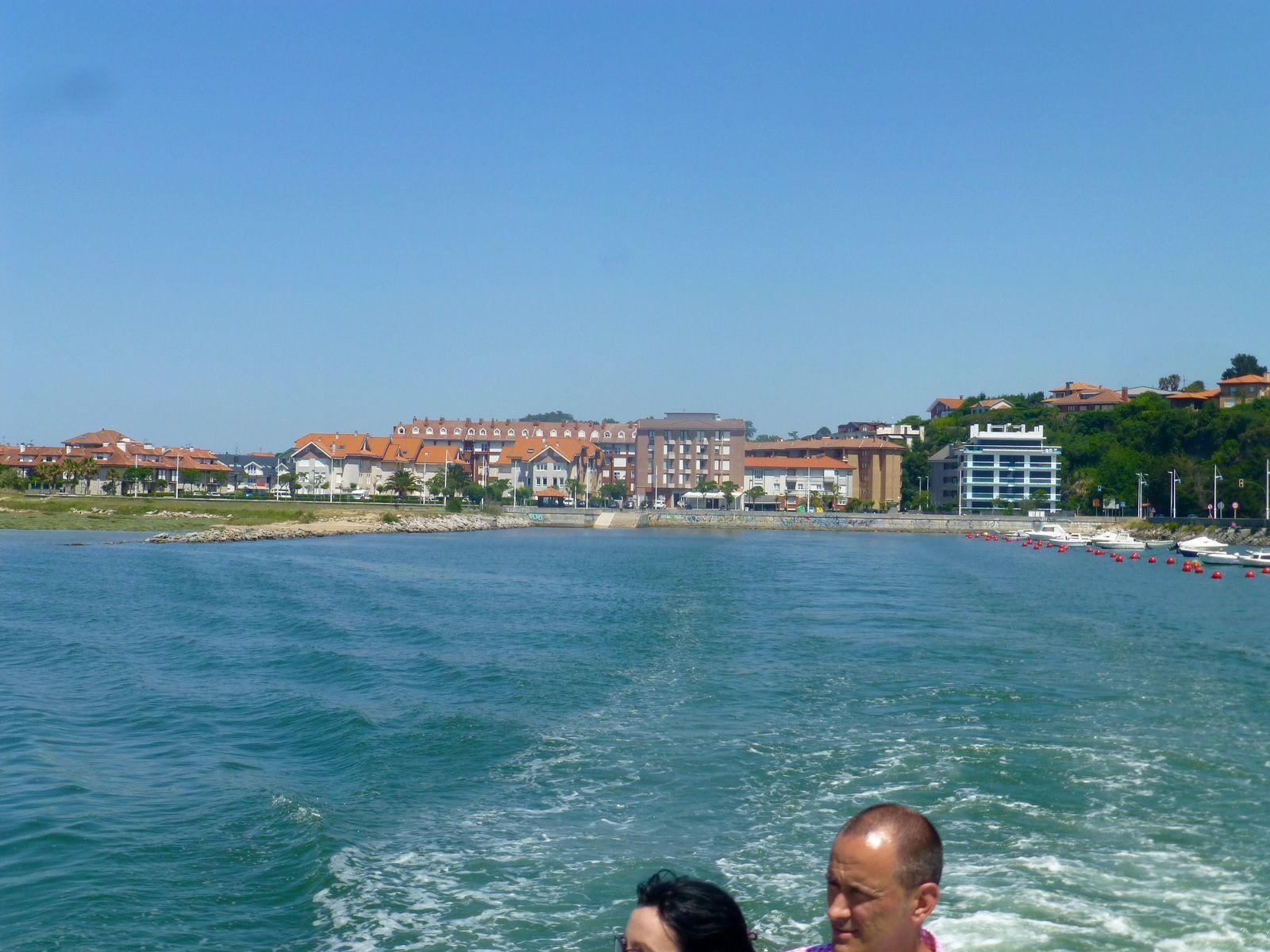 Une belle et chaude journée d'été récompensée par de belles choses croisées comme ce pont médiéval, ces belles plages et l'arrivée par la mer comme les pèlerins d'autrefois à Santander