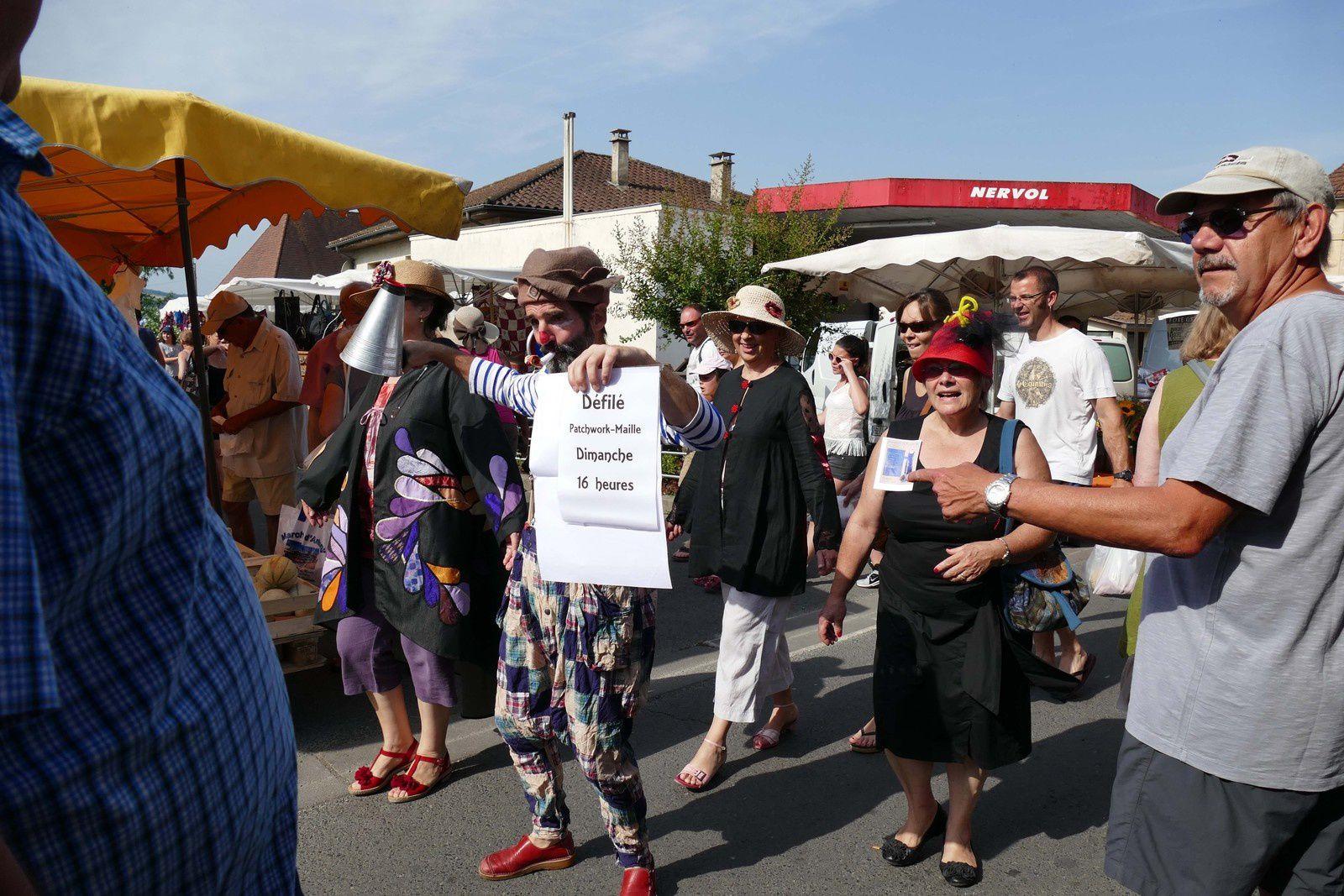 les quatre acolytes ne sont pas passés inaperçus dans le marché de St Cyprien, dimanche matin.