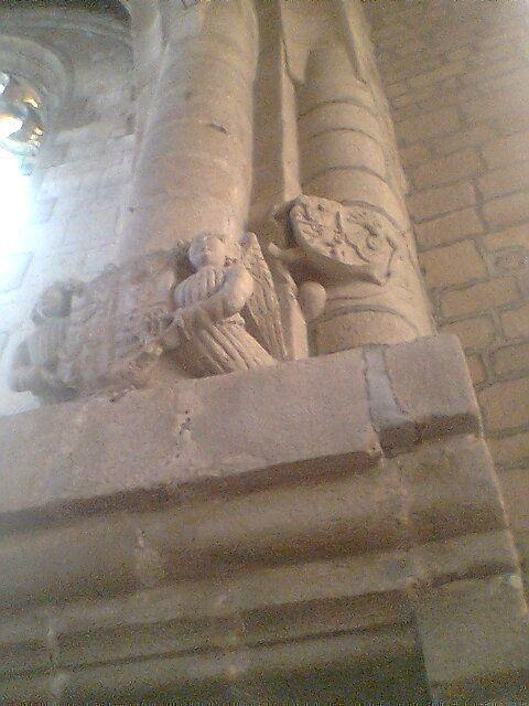 """armoiries des Coetlogon, au quartier """"de Lézonnet"""" (à droite), en l'église de Ploërmel"""
