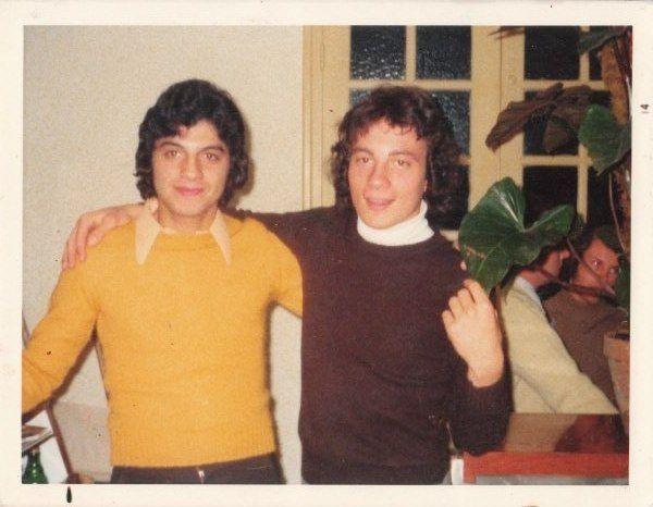 Avec mon cousin germain jean-louis chez tata rosette à la Manda on a 15/16 ans tous les deux!
