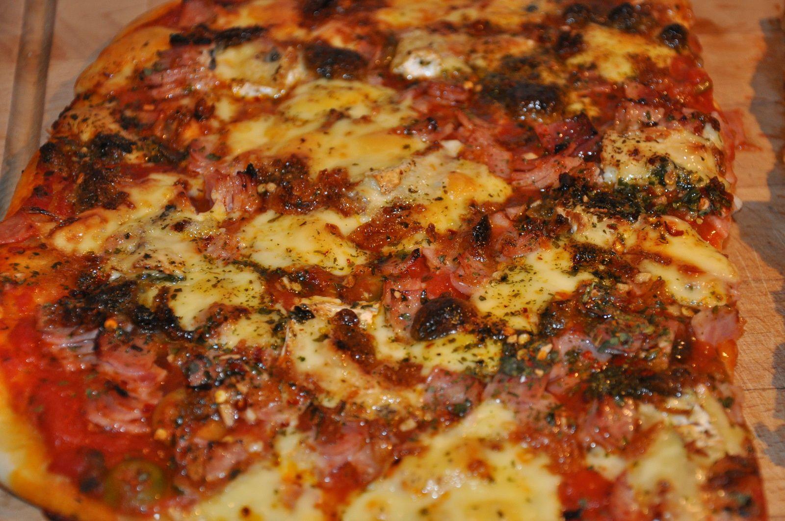 Pizza tomate-jambon-champignon et mozzarella