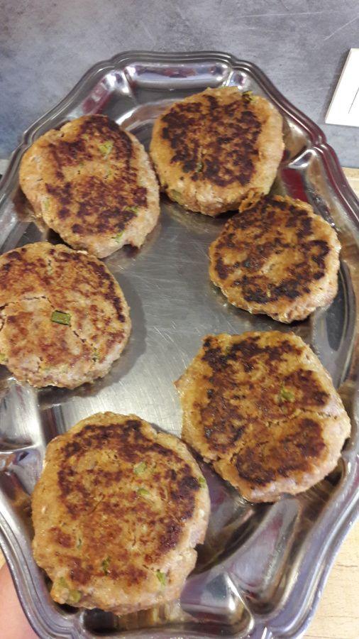 Burgers au boeuf haché mariné. Chips d emmental. Mimolette. Oignons roses et tomates