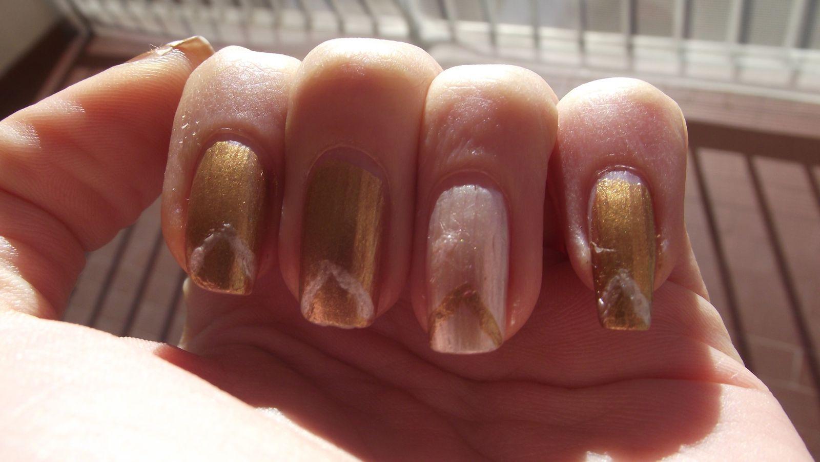 On peut voir sur la seconde photo que l'ongle de mon petit doigts s'est casé