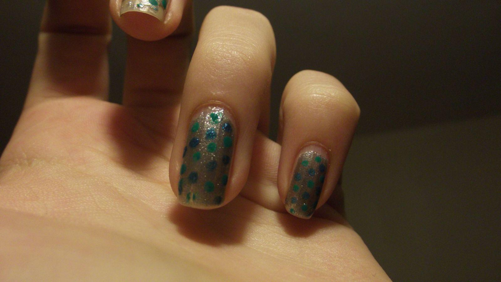 désolé il n'y a que 2 doigts mais j'ai encore pris les photos alors que ma pose avais quelques jours donc les autre ongles étaient un peu abîmés