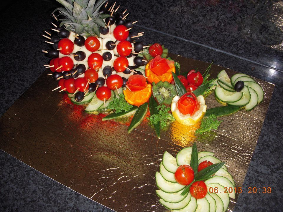 Ananas en brochette olive et emmental placards gourmands - Decoration legumes pour buffet ...