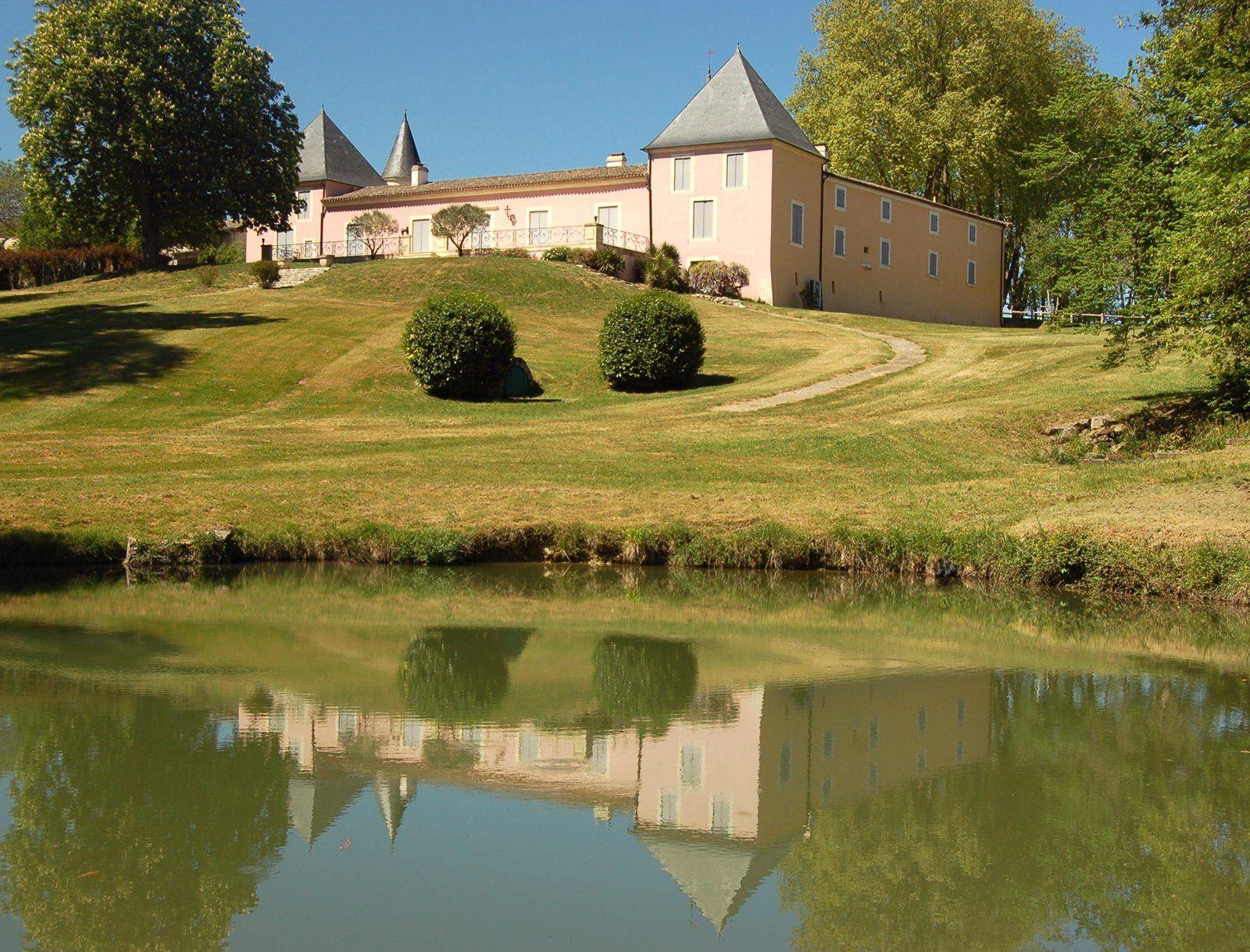 Né en 1866, Georges batifolait dans le château de sa maman.