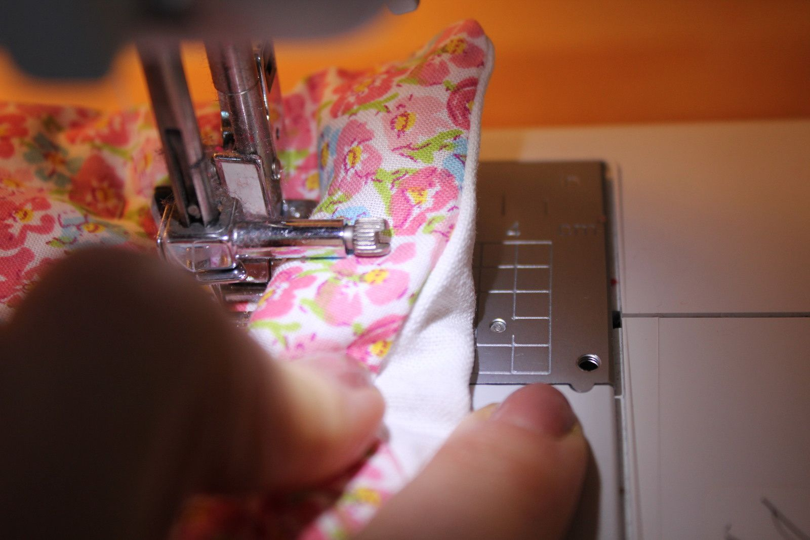 8- Faire une surpiqûre à environ 4 cm. N'hésitez pas à prendre un repère sur votre machine pour coudre bien droit.