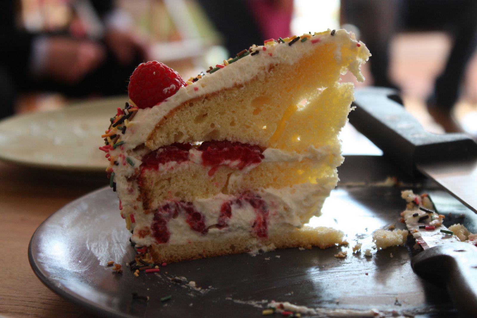 Gâteau à étages (layer cake) à la crème au mascarpone, chocolat blanc et framboises