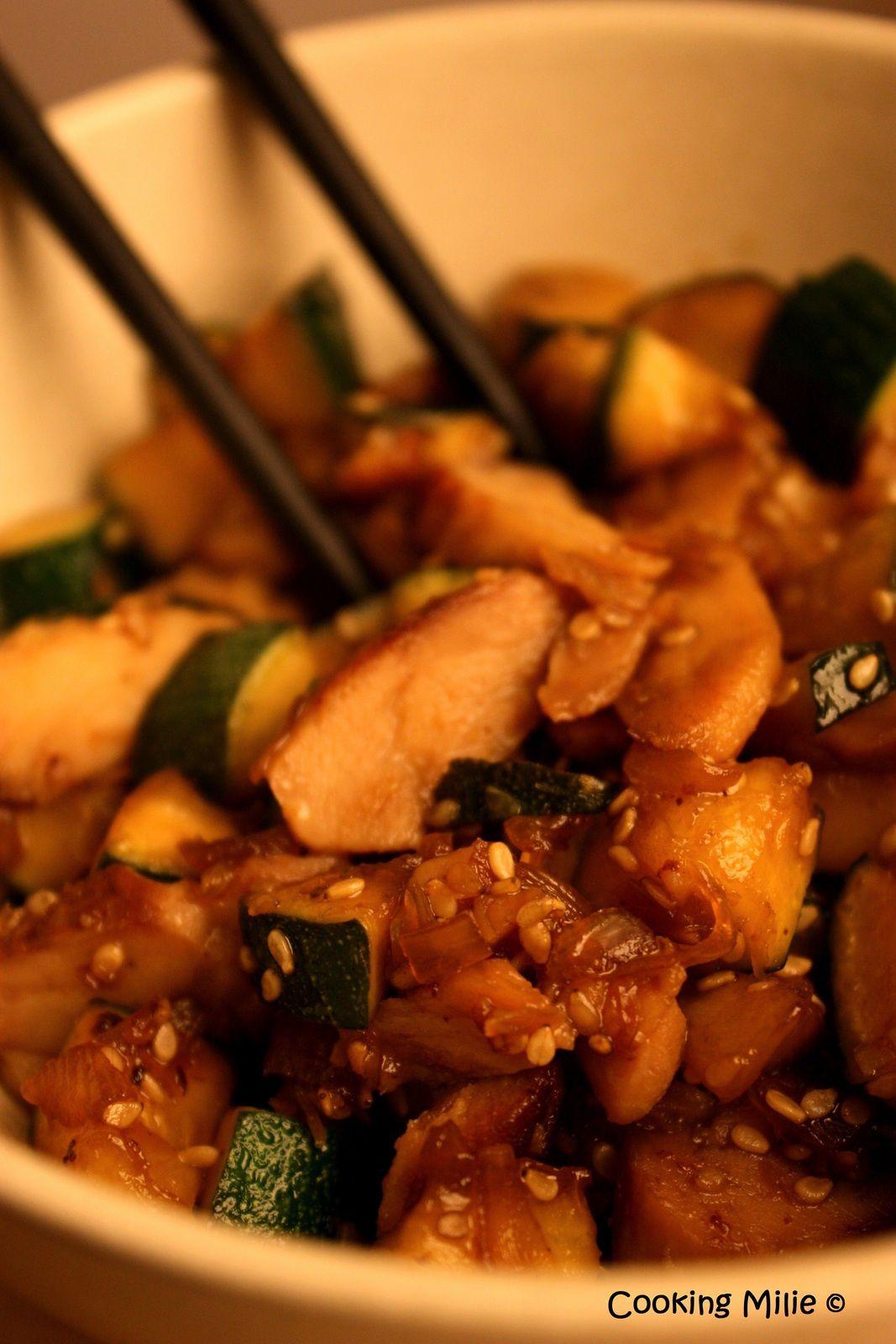 Poêlée d'émincés de poulet et courgette à la sauce de soja et aux graines de sésame