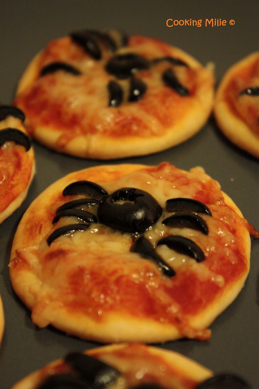halloween 15 mini pizzas araign es cooking milie. Black Bedroom Furniture Sets. Home Design Ideas
