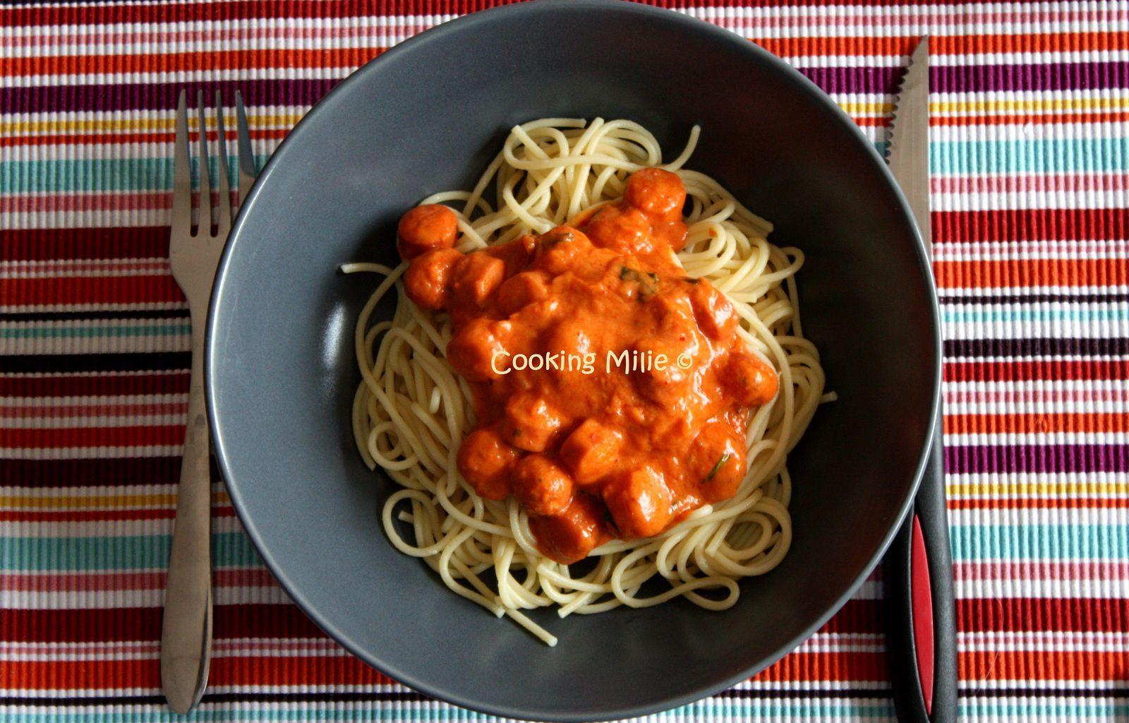 Spaghettis aux knackis et sa sauce aux tomates et piment d'Espelette