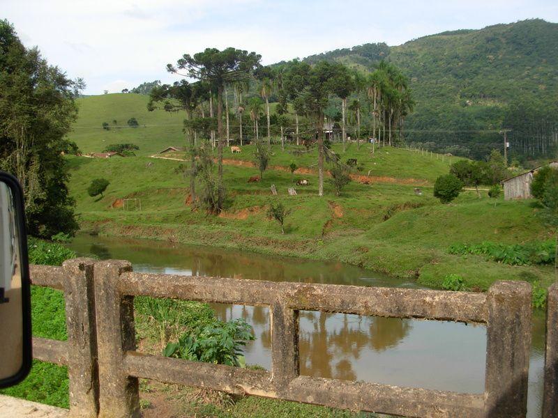 la route à l'intérieur des terres pour rejoindre Florianopolis
