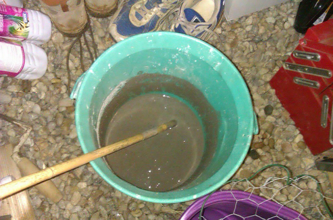 Mélanger de la cendre tamisée avec de l'eau et laisser reposer au moins 24 heures