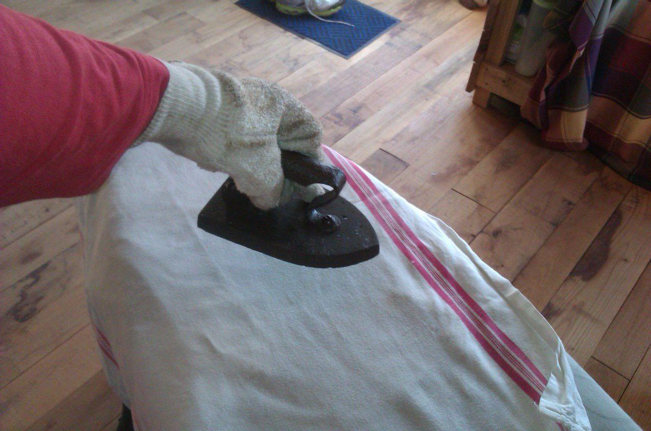 Ne pas oublier le gant anti chaleur pour tenir le fer...
