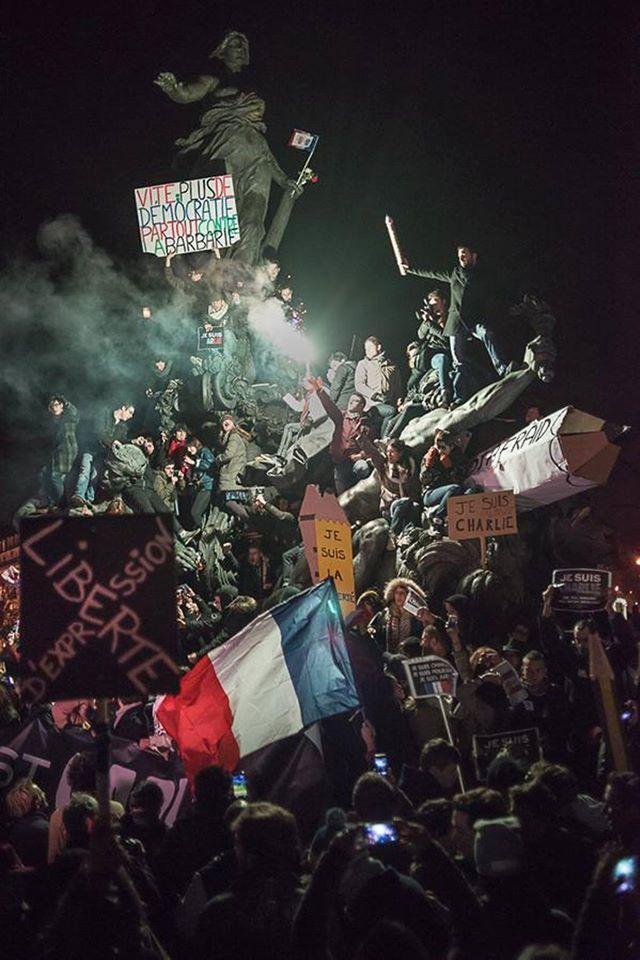 Ce cliché du rassemblement place de la République à Paris, pris dimanche 11 janvier par un photographe indépendant, Martin Argyroglo, est considéré comme le plus beau de la marche. Loin de celle très formelle (et retouchée par certains médias) des chefs d'État défilant en tête de cortège, cette photographie est largement comparée au tableau d'Eugène Delacroix, « La Liberté guidant le peuple » (1830). Peut-être apparaîtra-t-elle un jour dans un livre d'Histoire.