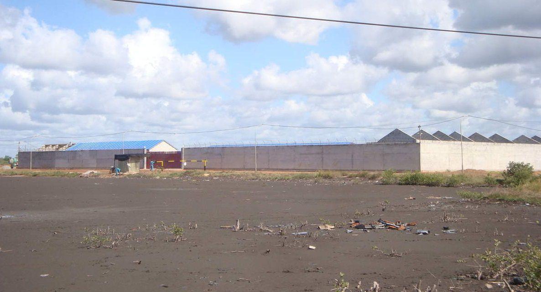Vaste complexe d'exploitation de sable lourd près d'Icidua, quartier miséreux et périphérique de Quelimane (province de Zambézie). Ce projet chinois inclut la construction de logements pour les travailleurs chinois sur le site même d'exploitation.