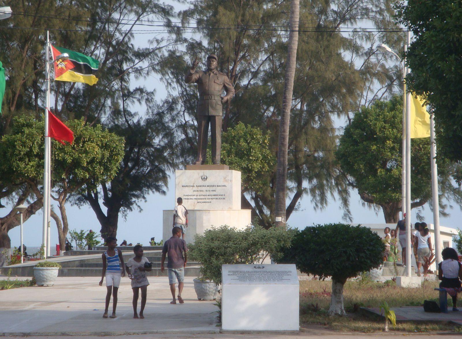 À Beira, province de Sofala. Statue de Samora Machel, premier président du Mozambique indépendant (1975-1986). La référence à celui qui est considéré comme le « père de la nation » demeure prégnante dans la propagande du pouvoir.