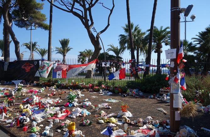 Hommage aux victimes de Nice, près de la promenade des Anglais (septembre 2016).
