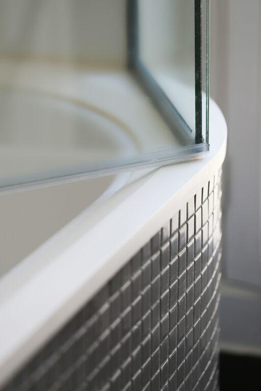 Détail de la paillasse de la baignoire en matériaux de synthèse blanc