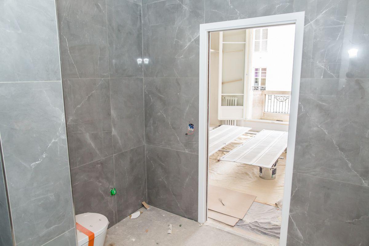 La chambre parentale (placards en cours de pose) et sa salle de bain