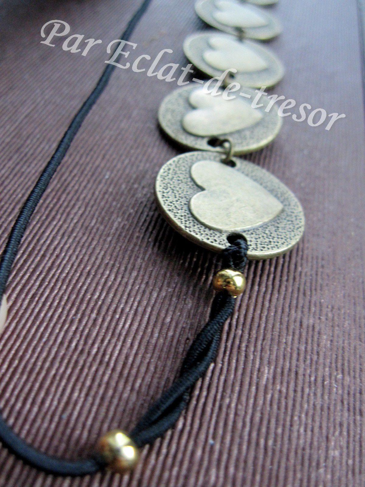"""HEADBAND ÉLASTIQUE """"COEURS A PRENDRE"""" - Soyez romantique avec ce bijou de tête composé de plusieurs coeurs (bronze). Grâce à son élastique noir décoré de perles dorées, il s'adaptera parfaitement à toutes les têtes. Longueur : Environ 52,5cm. [VENDU]"""