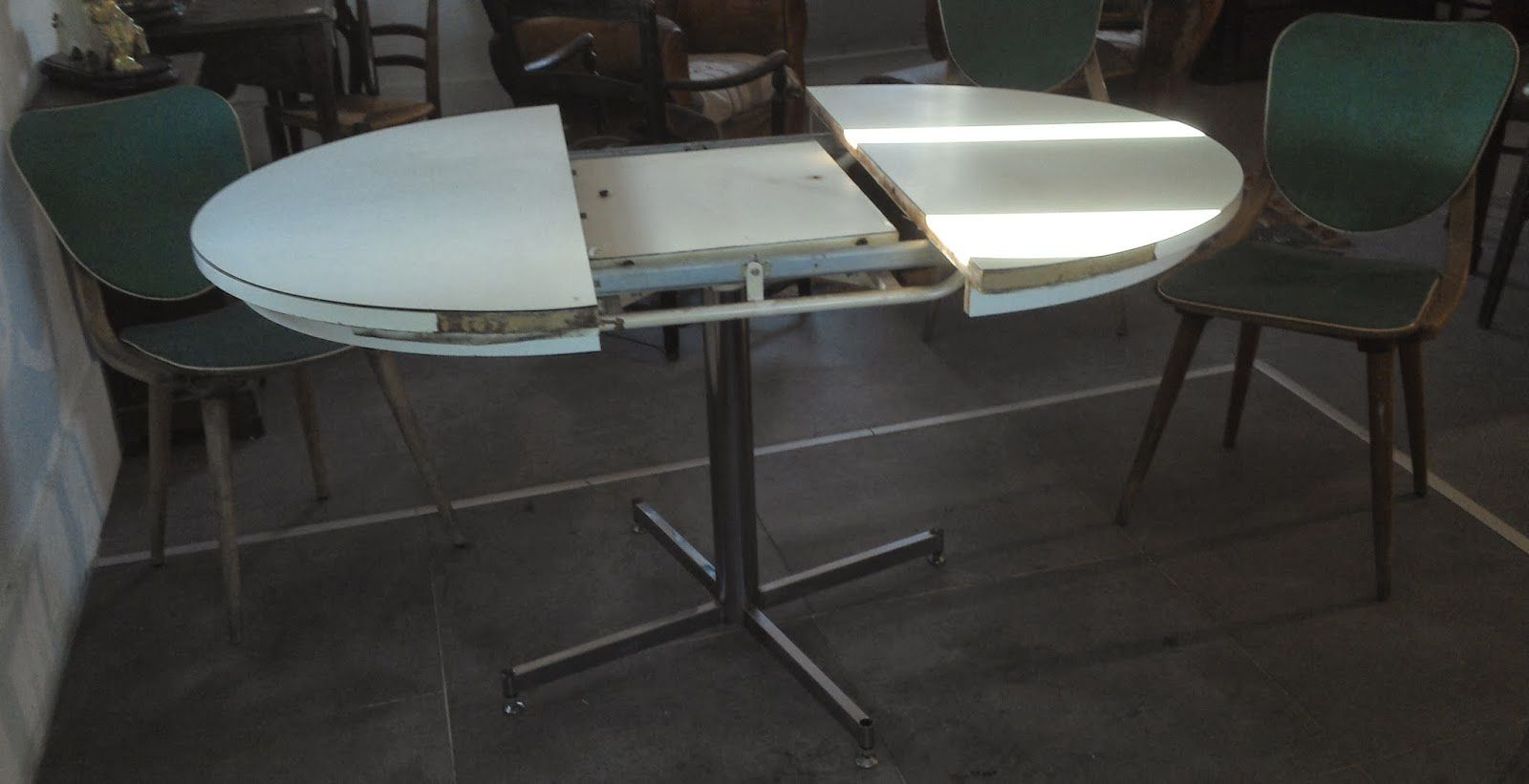 Table design a syst me vintage blanche pi tement chrom for Table 52 2014