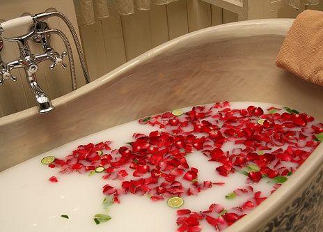 un plaisir digne des deesses antiques: le bain de beauté au lait d'anesse de Cléopâtre