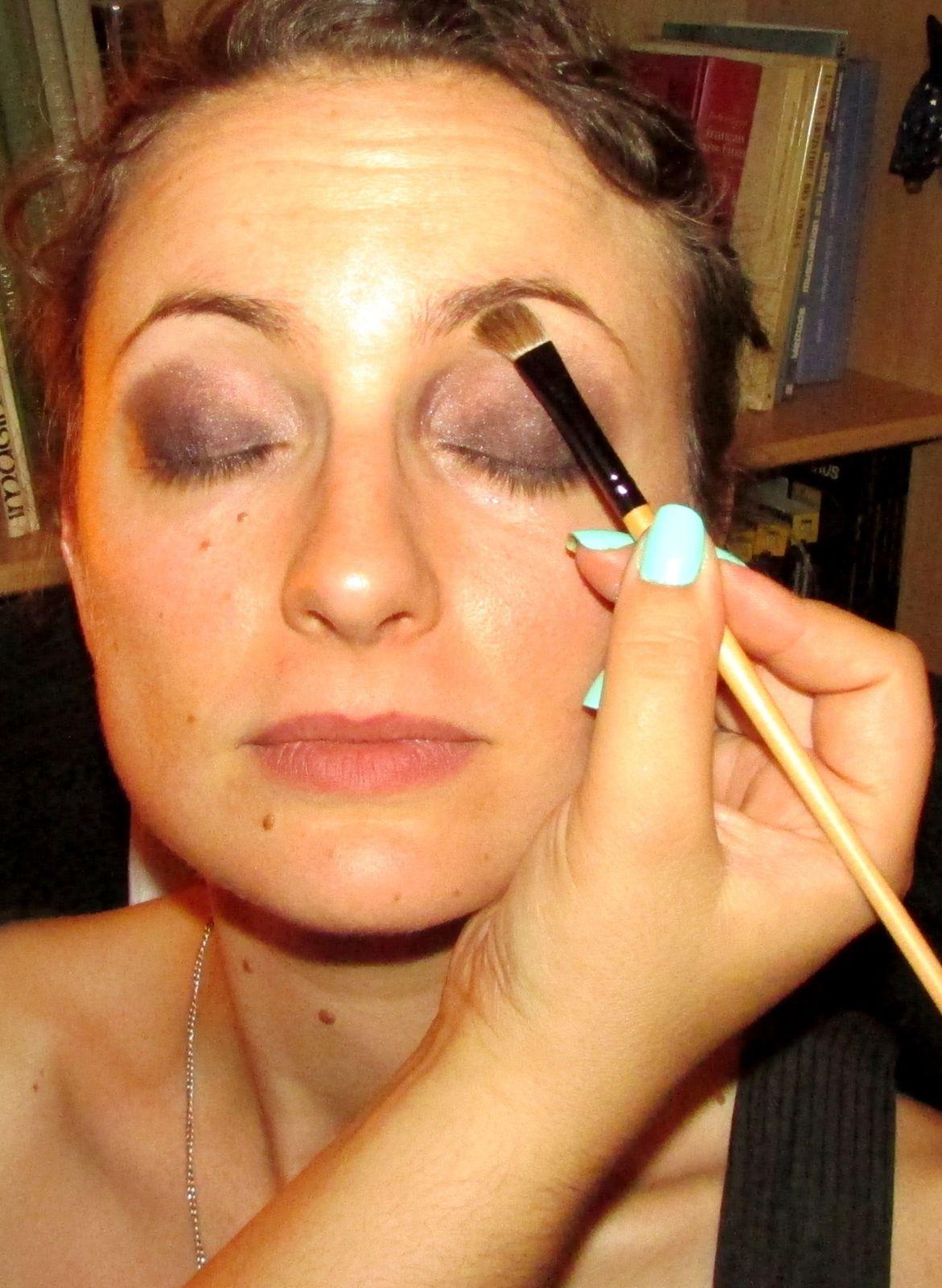 on eclaircit le dessous du sourcil avec une poudre teinte couleur chaire