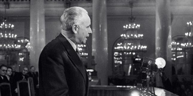 LOUIS ARAGON au second Congrès des écrivains soviétiques. (AFP)