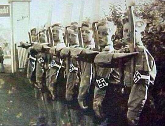 Et si tweeter avait existé du temps du &quot&#x3B;Heil Hitler&quot&#x3B; ?! #DPDP