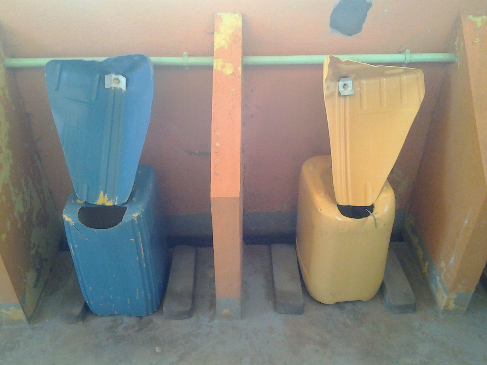 vous pouvez même aller acheter vos toilettes sèches à l'éco Village . . Géééééniaaaal ! ! ! !