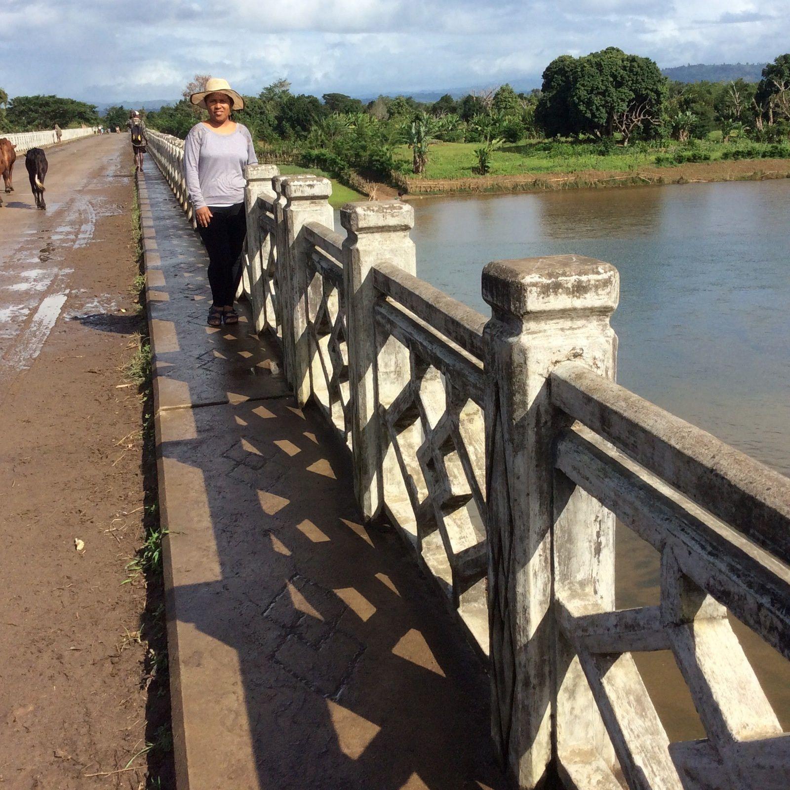 si vous descendez un jour sur la Cote d'Azur Malagasy vous allez voir une bonne dizaine de beaux ponts comme celui la . .
