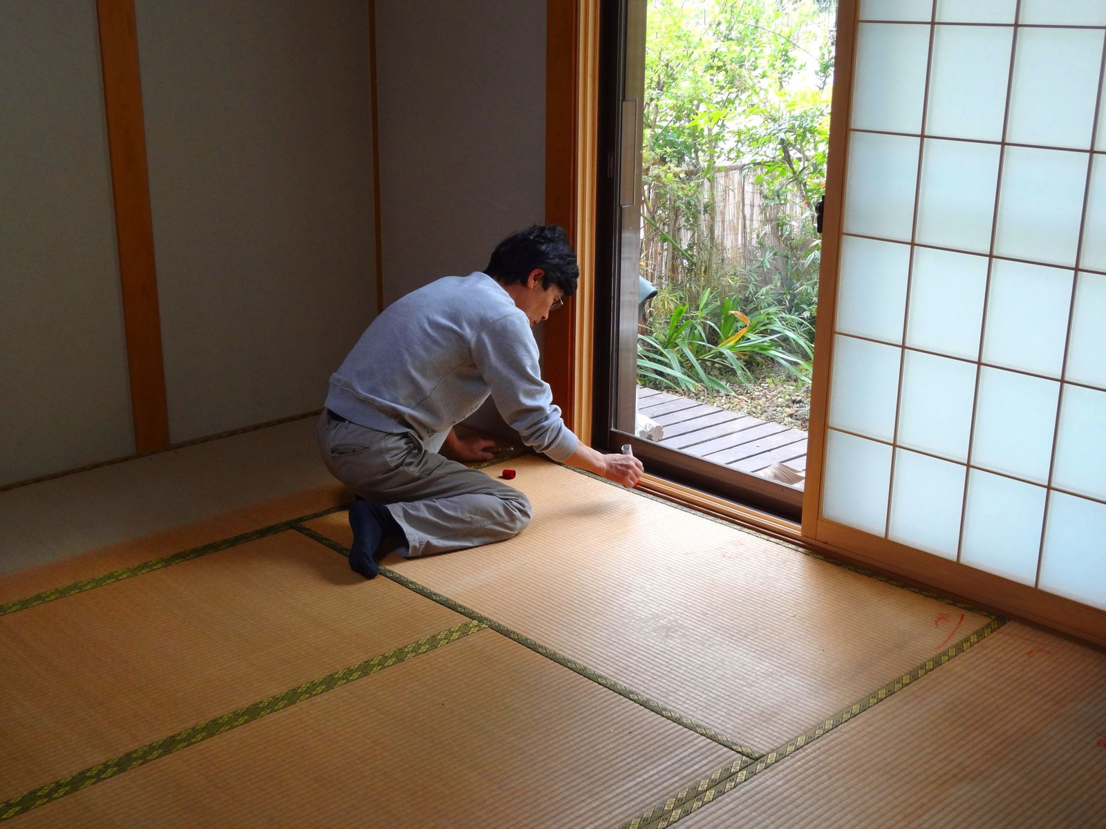remarquez la décoloration sous le meuble que l'on a déplacé! l'artisan a mis des repères sur chaque tatami pour pouvoir les replacer correctement.