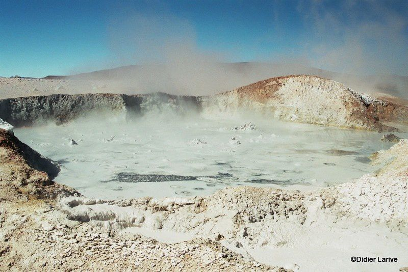 Geysers Sol De Manana à 4850 m : mare de boue bouillonnante, fumerolles et fortes odeurs de vapeurs sulfureuses