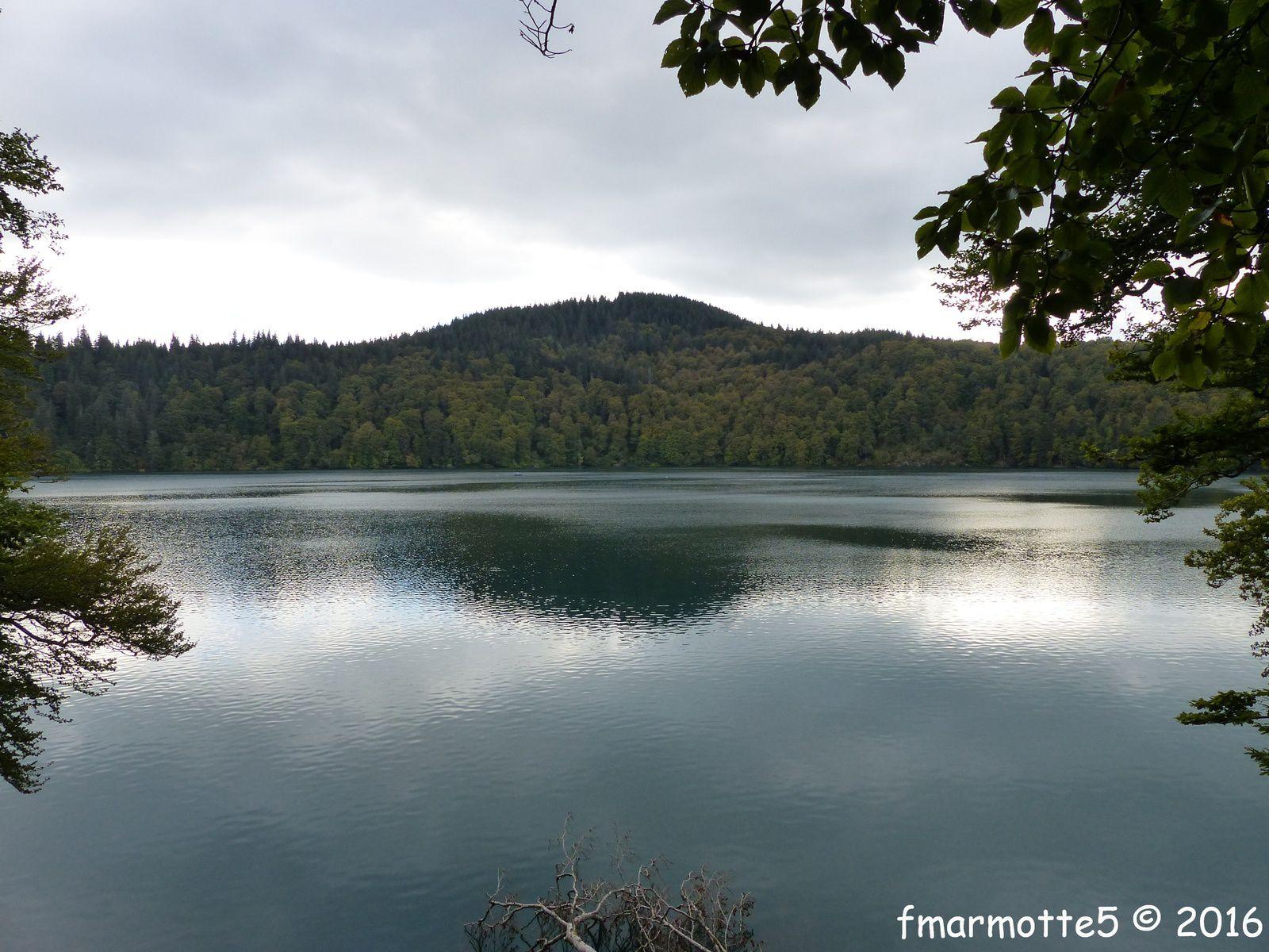 Le Lac Pavin, Puy de Montchal, marche.