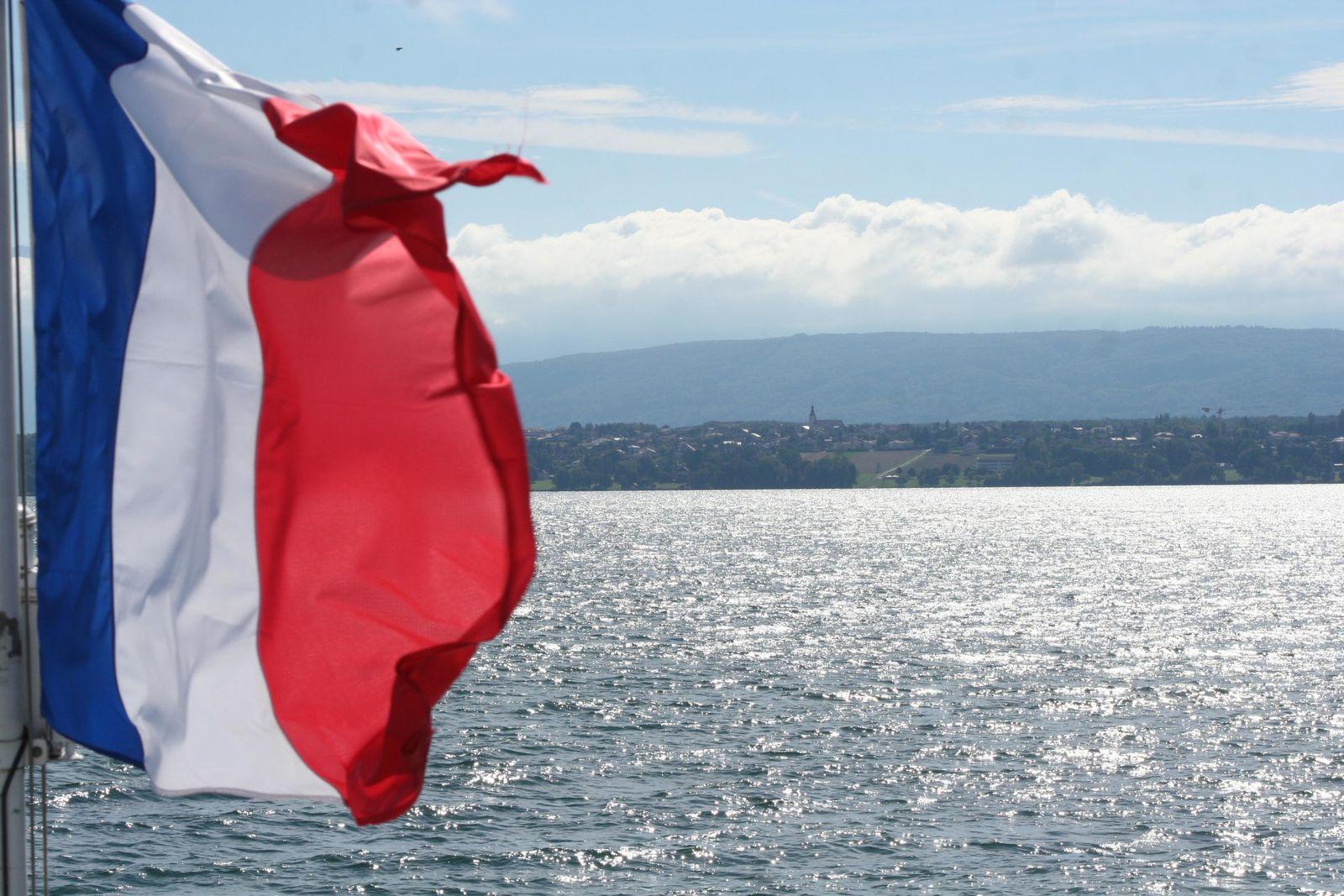 Ovnis photographiés près de Nyon en Suisse au Lac Léman et près de Chamonix le 21 septembre 2013