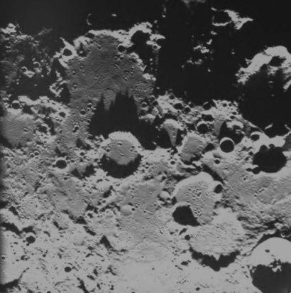 Ce groupe d'ombres pointues sur la lune, dont celle située à l'extrème droite qui se termine à son somment comme par un coude !
