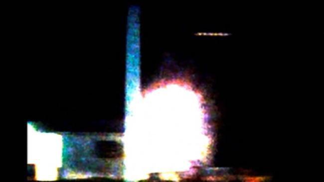 """Photo extraite de la vidéo : ovni filmé à Darwin, en Australie. Citation du site sur cette photo : """"The still with the brightness and contrast increased: Picture: Astro-photographers: Paul and Sylvia Mayo.""""."""