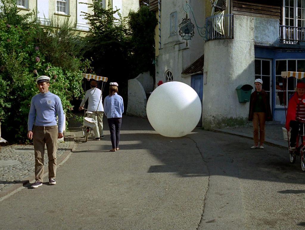 """Photo de la série télévisée """"Le Prisonnier"""" : une boule, comme dans l'Aveyron !"""
