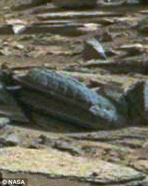 """Photo sur le site de Scott C.Waring """"Ufo Sightings Daily"""" : sur la même photo NASA de la Croix (voir tout en haut de cette page), cette autre forme étrange pas loin de la Croix, ressemblant à un tombeau ou sarcophage..."""