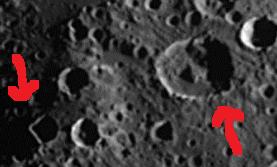 """Crédit photo NASA. J'ai agrandi et fléché ces deux """"Anomalies"""". A gauche, cela forme un superbe angle droit. Et à droite, on distingue ce curieux bloc à l'intérieur de ce cratère..."""